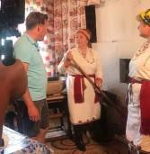 Ведущий шоу «Поедем, поедим» попробовал мордовской позы и учит мокшанский язык